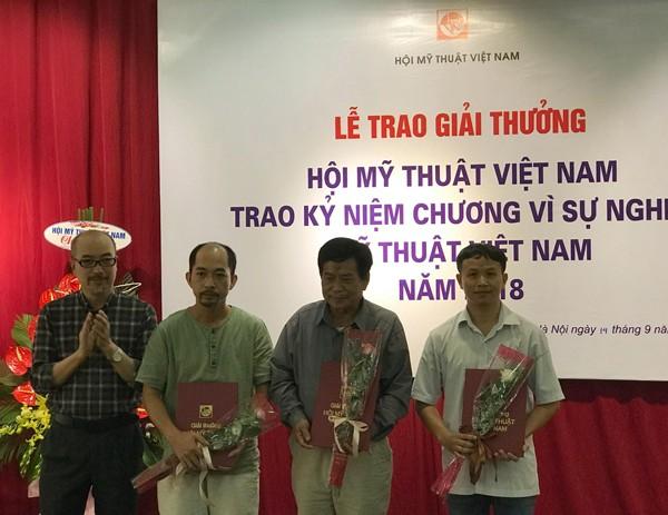 Họa sỹ Vi Kiến Thành, Cục trưởng Cục Mỹ thuật, Nhiếp ảnh và Triển lãm trao giải Ba cho các tác đoạt Giải thưởng Hội Mỹ thuật Việt Nam năm 2018