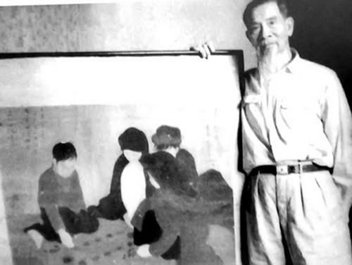 """Danh họa Nguyễn Phan Chánh bên bức tranh lụa """"Chơi ô ăn quan"""""""