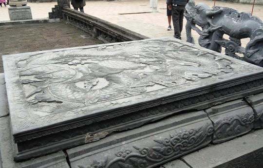Long sàng được làm từ đá xanh nguyên khối, mặt được tạc nổi hình con rồng với dáng vẻ uy dũng