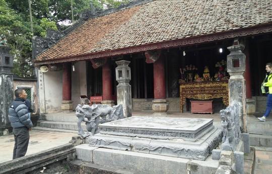 Long sàng được đặt uy nghi ngay trước đền Vua Đinh Tiên Hoàng, được dùng để vua ngự triều bàn các công việc trọng đại của đất nước