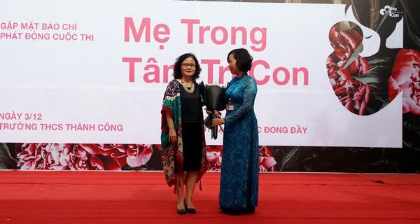 Cô giáo Lan Hương, Hiệu trưởng Trường THCS Thành Công tặng hoa cho đơn vị tổ chức cuộc thi.