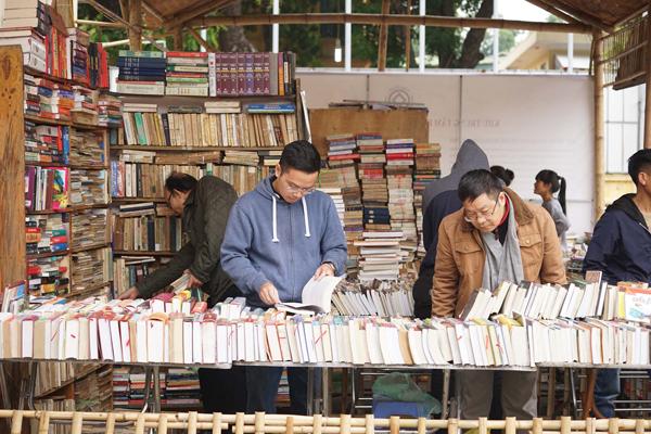"""Sách giảm giá """"kịch trần"""" chỉ còn 1.000 đồng tại Lễ hội sách cũ Thăng Long"""
