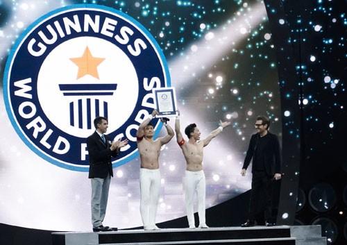 Quốc Cơ - Quốc Nghiệp nhận Bằng xác lập Kỷ lục Guinness Thế giới tại sân khấu. Ảnh: Việt Khoa.