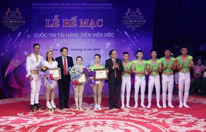 Ban giám khảo trao 3 giải Nhất.