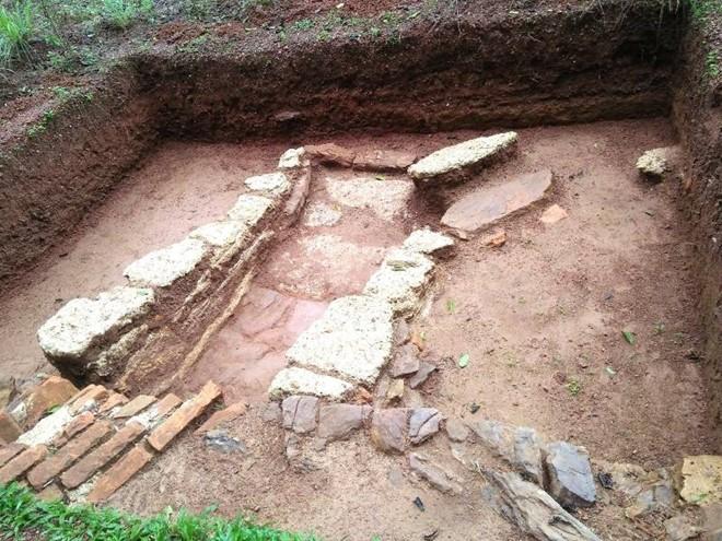 Dấu tích nền móng xưa được phát lộ tại cụm di tích lăng vua Đồng Khánh