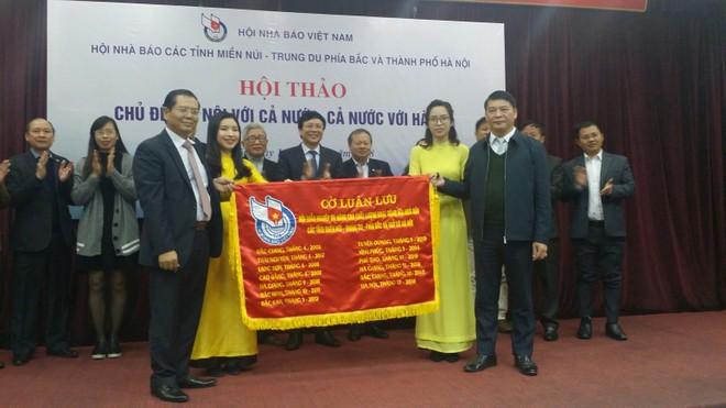 Chủ tịch Hội Nhà báo TP Hà Nội Tô Quang Phán trao Cờ luân lưu cho đại diện Hội Nhà báo tỉnh Yên Bái