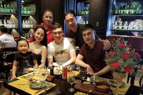 Đặng Văn Lâm chụp ảnh cùng gia đình nhỏ của NSND Đặng Hùng