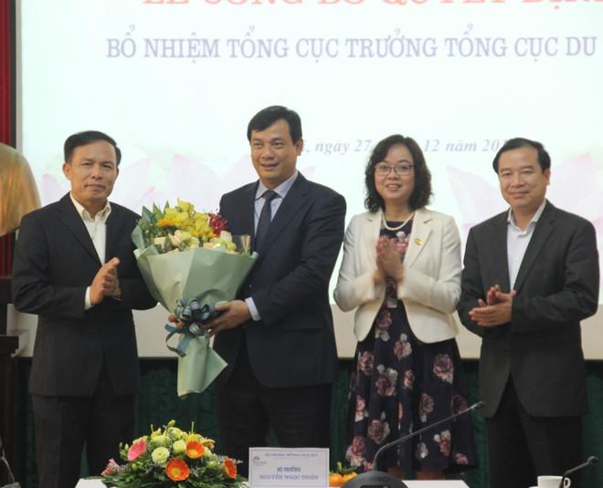 Ông Nguyễn Trùng Khánh thứ 2 từ trái sang trong buổi lễ bổ nhiệm.