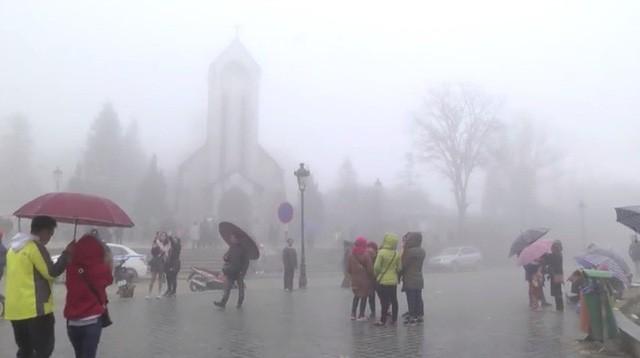 Bất chấp mưa rét, lượng khách du lịch đổ về Sa Pa đón Tết dương lịch vẫn tăng cao