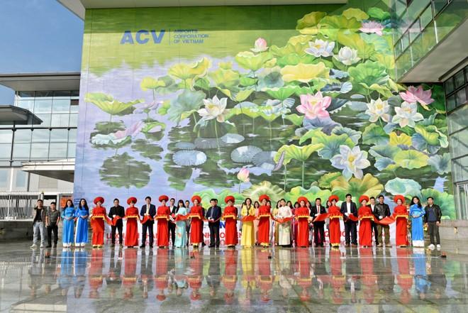 Sân bay Quốc tế Nội Bài được tô điểm bằng hình ảnh hai đầm sen khổng lồ