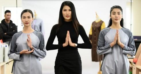 Những người mẫu chuẩn bị cho buổi trình diễn trang phục phật tử của NTK Kim Ngọc