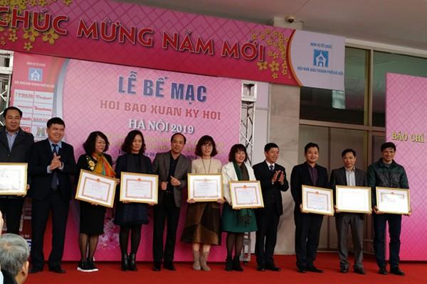 Ông Trần Xuân Hà, Phó Trưởng ban Tuyên giáo Thành ủy Hà Nội trao Bằng khen của UBND TP Hà Nội cho các đơn vị báo chí tham dự Hội Báo xuân Kỷ Hợi-Hà Nội 2019