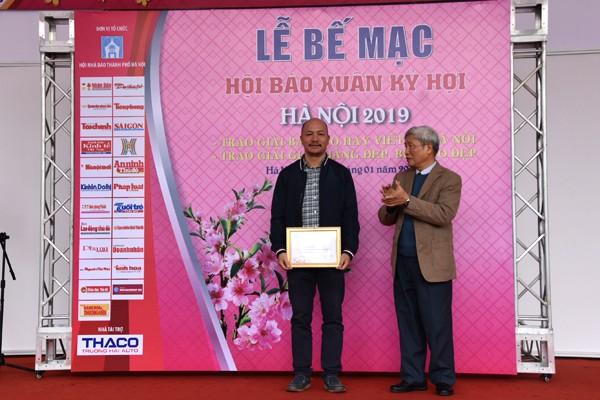 Ông Nguyễn Viêm Hoàng, Phó Chủ tịch Thường trực Hội Nhà báo Hà Nội trao giải A Bìa báo đẹp cho đại diện Báo Hà Nội Mới