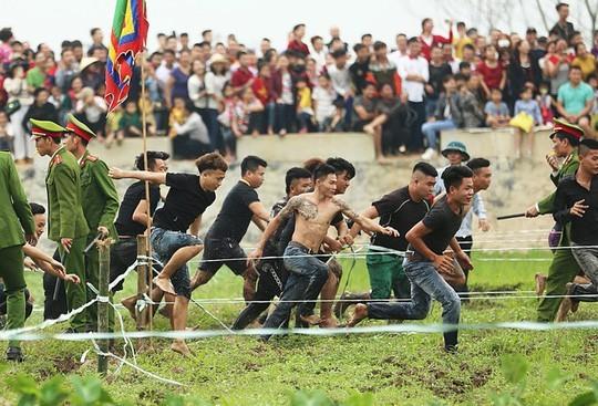 """Hội Phết Hiền Quan 2019 """"vỡ trận"""" khi người dân xé rào vào tham gia cướp phết."""
