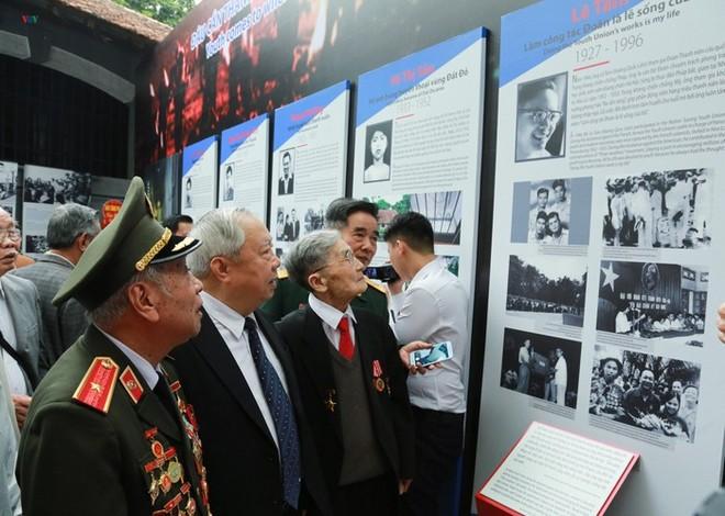 Các nhân chứng lịch sử tham quan trưng bày