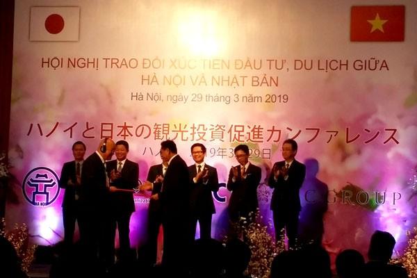 Lễ ký kết các biên bản ghi nhớ hợp tác giữa các cơ quan, doanh nghiệp của Nhật Bản với các cơ quan, doanh nghiệp của thành phố Hà Nội trong các lĩnh vực xúc tiến đầu tư, thương mại, du lịch.