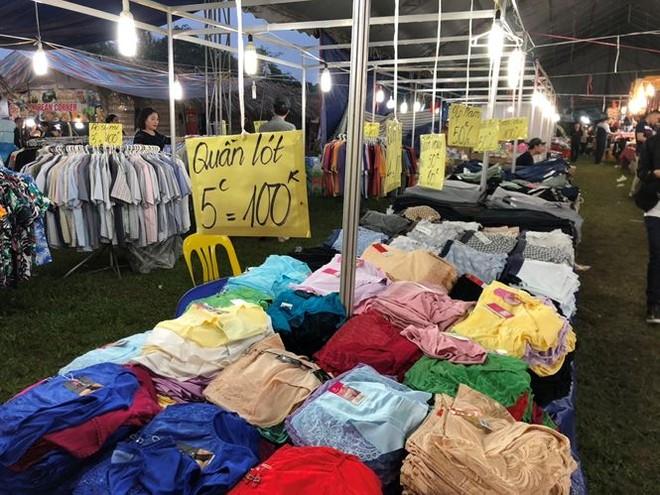 Quần áo được bày bán tại Festival văn hóa truyền thống Việt tại Hoàng thành Thăng Long