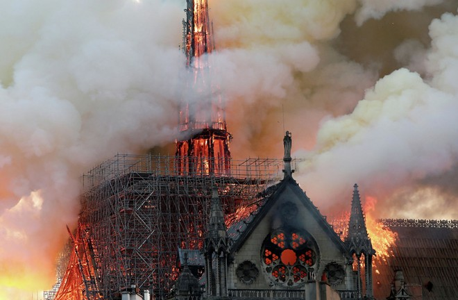 """""""Sao"""" Việt bàng hoàng khi hay tin nhà thờ Đức Bà Paris chìm trong biển lửa"""