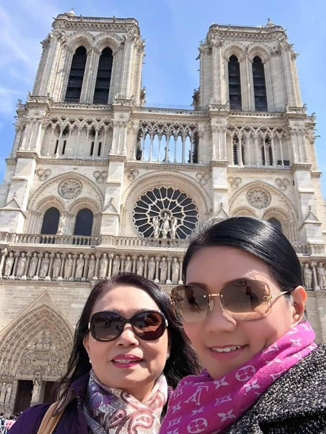 Nghệ sỹ cải lương Ngọc Huyền chụp ảnh lưu niệm bên nhà thờ Đức Bà Paris