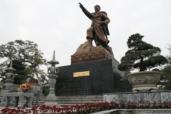 Tượng đài Ngô Quyền đặt tại di tích lịch sử Từ Lương Xâm, phường Nam Hải, quận Hải An, Hải Phòng