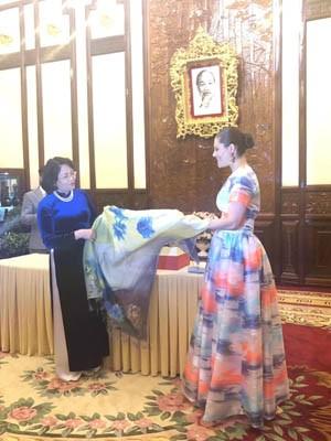 Phó Chủ tịch nước Đặng Thị Ngọc Thịnh trao tặng món quà là chiếc khăn lụa tới công chúa kế vị Thụy Điển Victoria Ingrid Alice Desiree