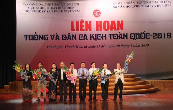 BTC tặng hoa cho các đơn vị tham dự liên hoan