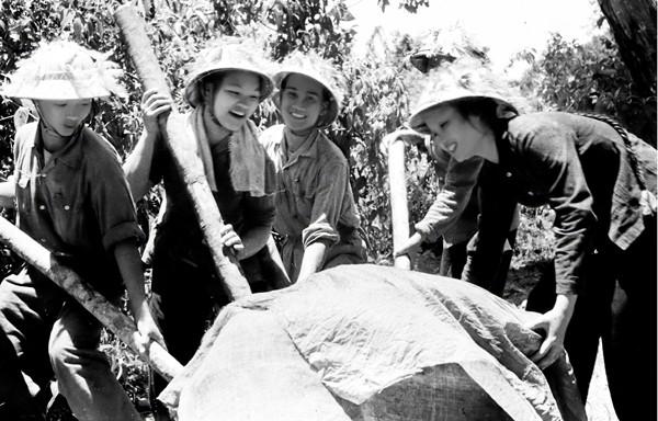 Các nữ chiến sỹ Trường Sơn đã vượt qua gian khổ, khó khăn để hoàn thành nhiệm vụ. Họ là những người anh hùng nhưng họ cũng là những người con gái