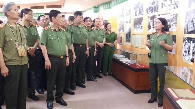 Thứ trưởng Nguyễn Văn Sơn và các vị đại biểu tham quan triển lãm