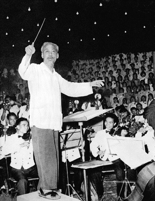 """Bức ảnh """"Bác bắt nhịp bài ca Kết đoàn"""" của NSNA Lâm Hồng Long"""