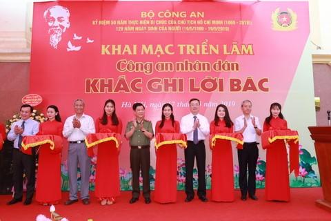 Thứ trưởng Nguyễn Văn Sơn cùng các đại biểu cắt băng khai mạc triển lãm