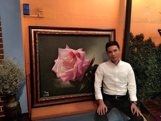 """Họa sỹ Trung Đinh bên bức tranh """"Thời gian"""""""
