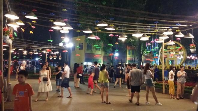 Bên cạnh các món ăn, thực khách còn được tận hưởng không gian lễ hội mang nhiều nét hoài cổ pha lẫn hiện đại