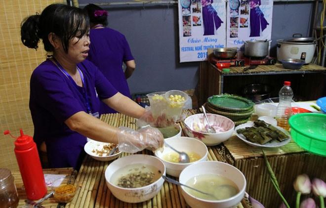 Món chè Huế thu hút đông đảo thực khách