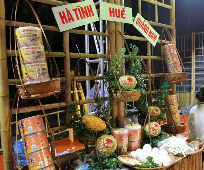 Khu ẩm thực miền Trung giới thiệu các món: Súp lươn Nghệ An, mỳ Quảng, cơm gà Hội An, bún bò Huế, bánh bột lọc, nem lụi.