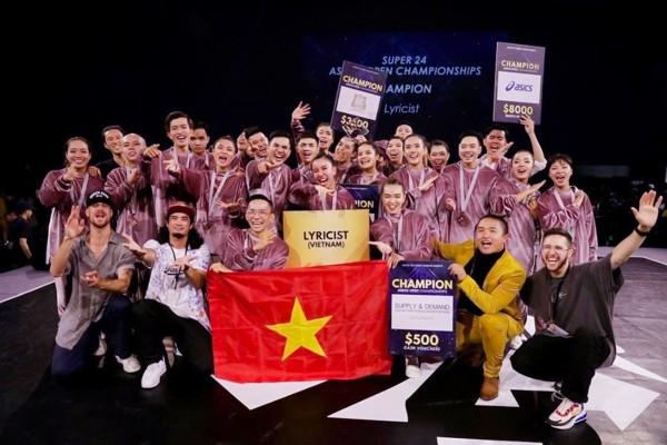 Niềm vui mừng của các thành viên nhóm nhảy với thành tích xuất sắc
