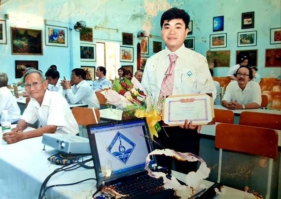 Họa sĩ Châu Trâm Anh nhận giải nhất thiết kế Logo Hội VHNT tỉnh Bình Dương (2012)