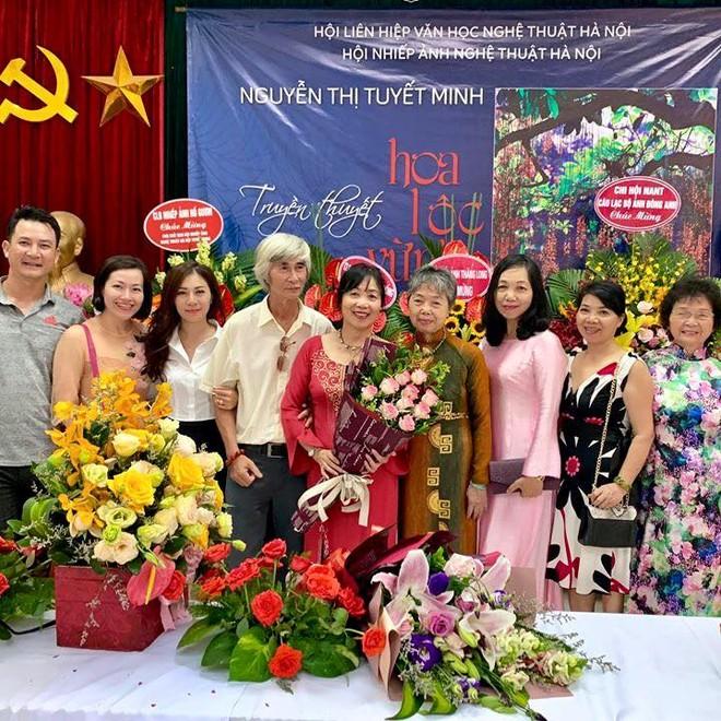 """NSNA Tuyết Minh (người ôm hoa"""" trong ngày ra mắt cuốn sách Truyền thuyết hoa lộc vừng"""""""