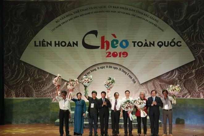 Thứ trưởng Bộ Văn hóa, Thể thao và Du lịch Tạ Quang Đông và ông Lê Ánh Dương, Phó Chủ tịch UBND tỉnh Bắc Giang tặng hoa Hội đồng nghệ thuật.