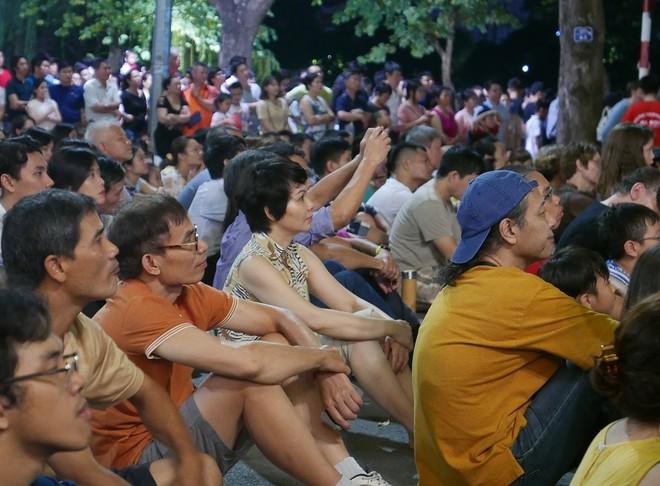 Hàng nghìn người dân tới thưởng thức đêm nhạc qua hệ thống màn hình và âm thanh đặt ở khu vực ngoài trời