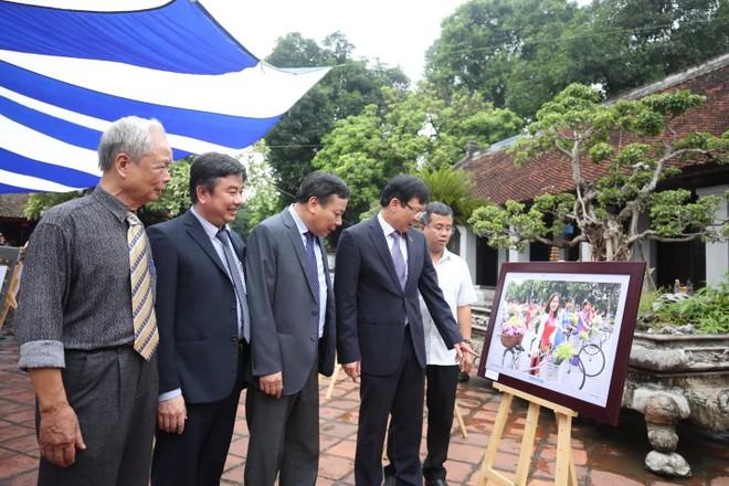 Các vị khách mời tham quan triển lãm