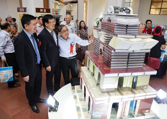Các đại biểu tham quan các đầu sách được trưng bày vào dịp này