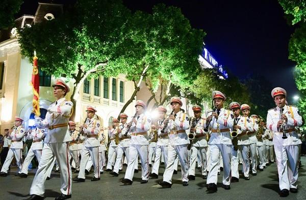 Đoàn Nghi lễ CAND diễu hành tại phố đi bộ Hồ Gươm