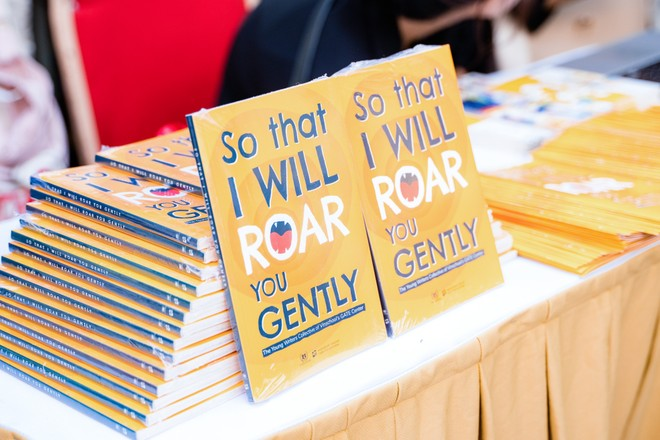 """Cuốn sách """"So that i will roar you gently"""""""