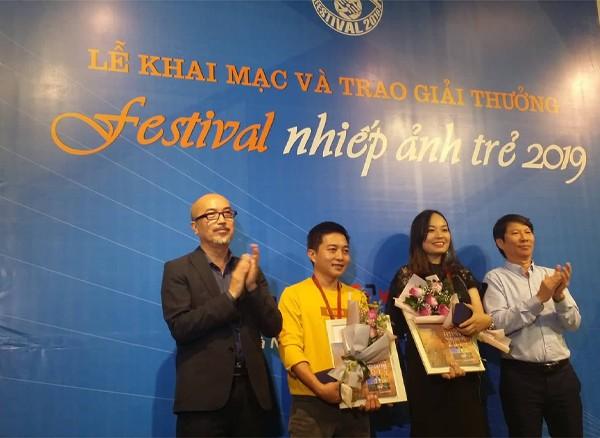 BTC trao giải cho tác giả đoạt HCV là Trần Bảo Hòa và Phan Thị Khánh