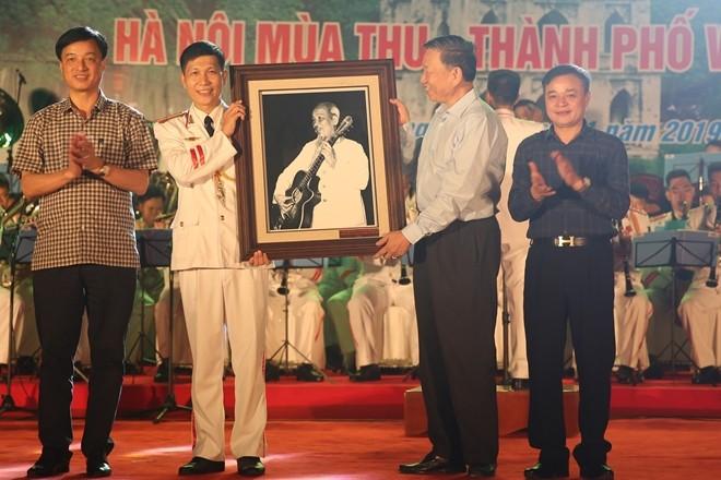 Đại tướng Tô Lâm, Bộ trưởng Bộ Công an trao tặng ảnh Bác Hồ cho Đoàn Nghi lễ CAND