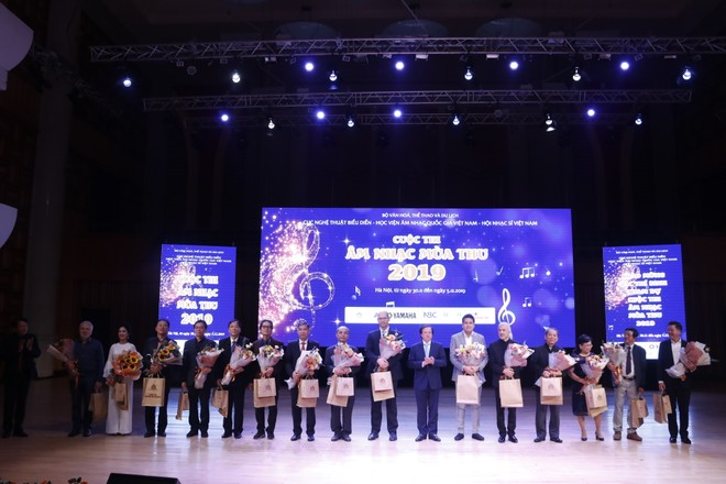 Hội đồng giám khảo cuộc thi gồm 19 thành viên