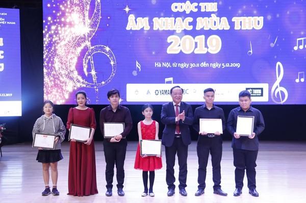 BTC trao giải cho các thí sinh đoạt giải