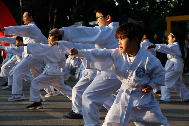 Các võ sinh ở nhiều lứa tuổi tham gia biểu diễn võ thuật karate