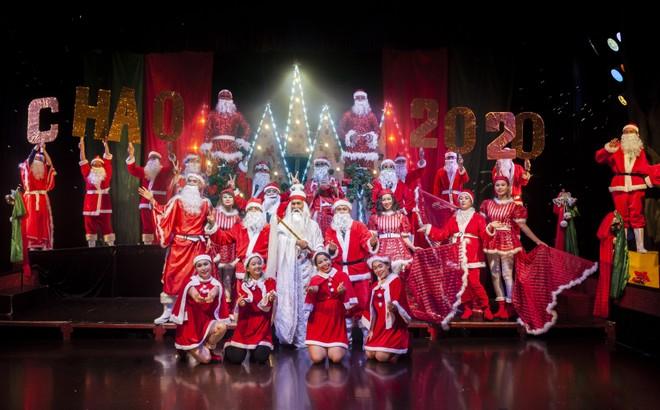 Nhiều ông già Noel cùng xuất hiện trên sân khấu