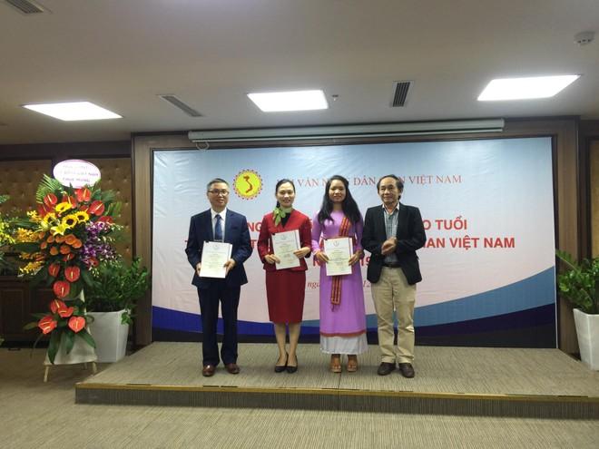 BTC trao giải cho các tác giả đoạt giải Nhì B